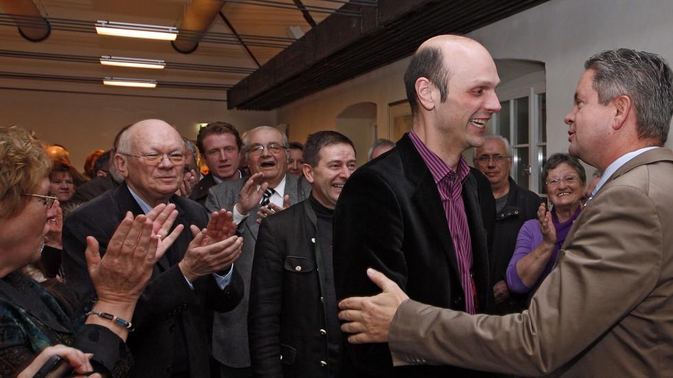 Der Bergsträßer Landrat Matthias Wilkes( rechts) gratuliert dem wiedergewählten Bürgermeister Holger Habich. Im Hintergrund (von links) Alt-Bürgermeister Kurt Knapp (CDU) und die FDP-Parteifreunde Christopher Hörst, Ehrenstadtrat Wolfgang Becker und Frank Sührmann